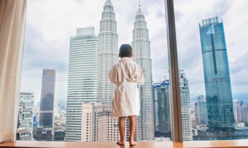 Kulala-Lumpur şəhəri otel odasından
