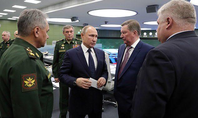 Rusiya prezidenti Vladimir Putin Avanqard raketinin sinağından sonra zabitləri təbrik edir