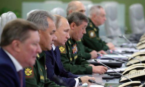 Rusiya prezidenti Vladimir Putin və Mudafiyə Nazirliyinin zabitləri Avanqard raketinin sınağında