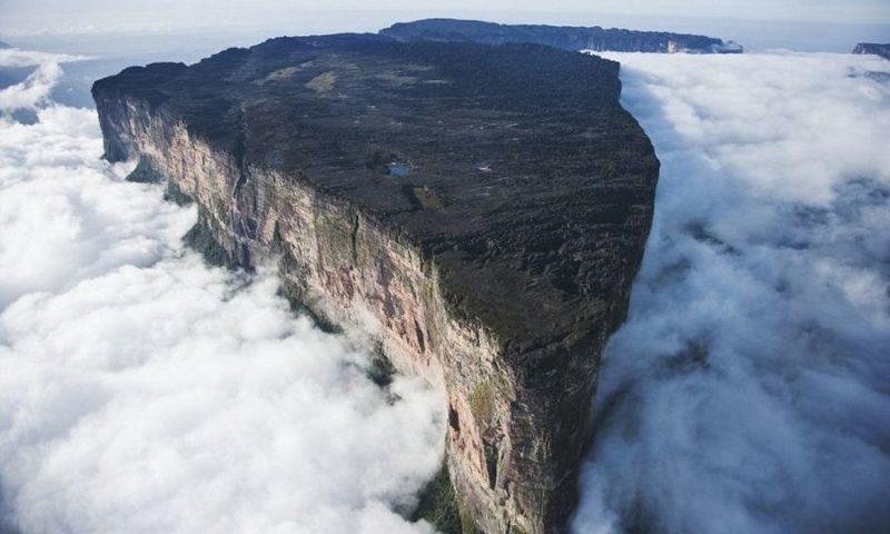 Roraima dağı - buludların üzərində